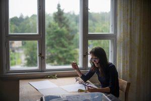 Eva Vevere työpöydän ääressä.