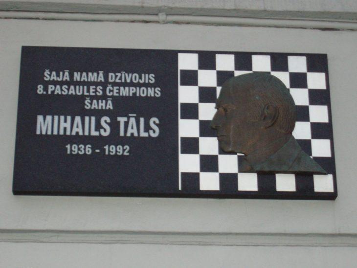 Mihails Talsin muisolaatta kotitalon seinässä.